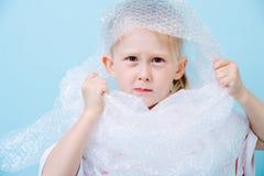 Pysen är den iklädda bubblade sjalen i protest av den förlorade krisen royaltyfria foton