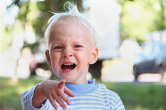 Pysen är gråta och peka hans fingrar som frågar framåtriktat att ge honom vad han önskar Arkivfoton