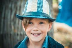 Pysen annonserar naturprodukter Pojken annonserar kläder för barn` s för hösten Lyckligt barn på hösten arkivbild