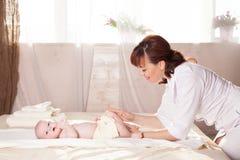 Pysen behandla som ett barn doktorn som gör massage Royaltyfri Foto
