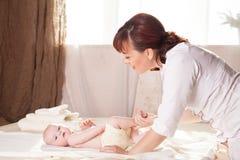 Pysen behandla som ett barn doktorn som gör massage Royaltyfri Bild