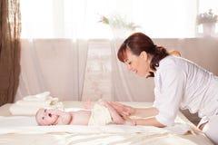 Pysen behandla som ett barn doktorn som gör massage Arkivbild