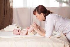 Pysen behandla som ett barn doktorn som gör massage Royaltyfria Bilder