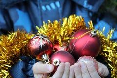 Pysen dekorerar julgranen fotografering för bildbyråer