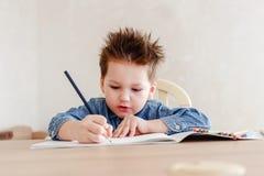 Pysen drar med en blyertspenna på tabellen royaltyfri fotografi