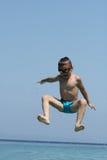 Pysen hoppar i havet Arkivbild