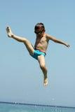 Pysen hoppar i havet Royaltyfria Foton