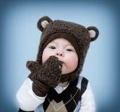 Pysen i en björndräkt överför en kyss arkivfoton