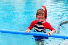 Pysen lär att simma bara med pölnudeln Royaltyfri Bild