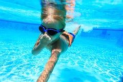 Pysen lär att simma som är undervattens- Royaltyfria Foton