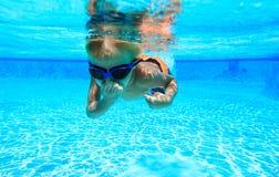 Pysen lär att simma som är undervattens- Arkivfoto