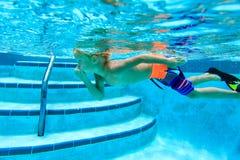 Pysen lär att simma som är undervattens- Royaltyfria Bilder