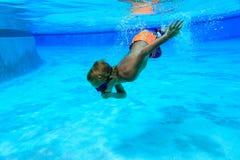 Pysen lär att simma som är undervattens- Fotografering för Bildbyråer