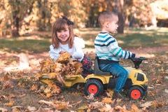 Pysen och en flicka spelar utanför royaltyfria foton