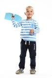 Pysen rymmer i hans hand ett pappers- flygplan Royaltyfri Bild