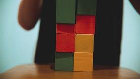 Pysen samlar kuber pysen som spelar med leksaker, färgade kuber modig livsstil för barndombarnbegrepp lager videofilmer