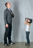 Pysen tar ett foto av en man Royaltyfri Foto