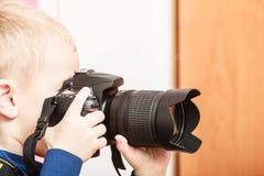 Pysen tar fotoet med kameran Arkivbild