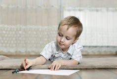 Pysen tecknar med färgrika blyertspennor arkivbilder