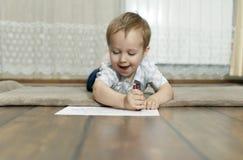 Pysen tecknar med färgrika blyertspennor royaltyfria bilder