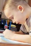Pysen tecknar med färgrika blyertspennor arkivfoto