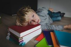 Pysen tröttade stressat av att göra läxa, borrat som evakuerades royaltyfri foto