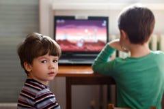 Pojkar som leker på bärbar dator arkivbilder