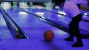 Pysförsök att spela en lek av bowlingen lager videofilmer