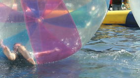 Pysflundror inom stor uppblåsbar boll lager videofilmer