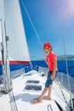 Pyskapten ombord av seglingyachten på sommarkryssning Resa affärsföretaget som seglar med barnet på familjsemester Royaltyfri Bild