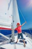 Pyskapten ombord av seglingyachten på sommarkryssning Resa affärsföretaget som seglar med barnet på familjsemester Royaltyfria Bilder