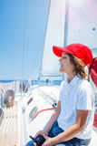 Pyskapten ombord av seglingyachten på sommarkryssning Resa affärsföretaget som seglar med barnet på familjsemester Royaltyfri Fotografi