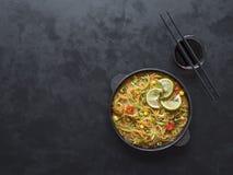 Pyskaty Kokosowy curry z Ryżowymi kluskami na niecce fotografia stock