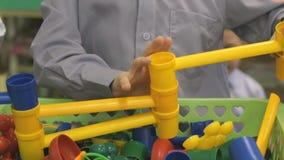 Pyslekar som inomhus framkallar leksakformgivaren arkivfilmer