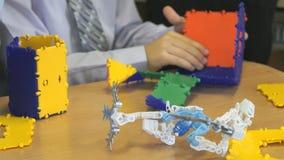 Pyslekar som inomhus framkallar leksakformgivaren stock video