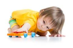 Pyslitet barn som spelar med leksaken Royaltyfria Foton