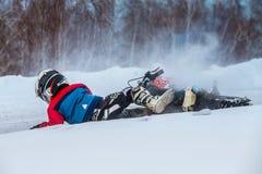 Pysracerbilar på spår för motocross för motorcykelavverkning snöig royaltyfri bild