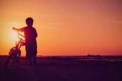 Pysridningcykel på solnedgångstranden Royaltyfri Foto