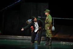 Pysslingar bugar och skrapar - den Jiangxi operan en besman Arkivfoton