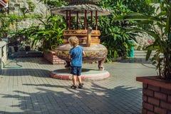 Pysturist i den buddistiska templet Kek Lok Si i Penang, Malaysia, Georgetown Resa med barnbegrepp royaltyfria foton
