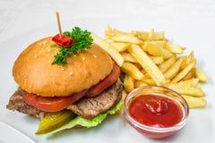 pyszne fast foody Hamburger z mięsem, ogórkiem, ziele, francuzów dłoniakami i kumberlandem, Horyzontalna rama zdjęcia stock