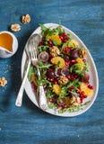 pyszne sałatka owocowa Winogron, tangerine, granatowa i arugula owocowa sałatka, Na błękitnym drewnianym tle, odgórny widok Obrazy Stock