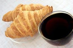 pyszny deser rogalik świeże filiżanki czarny herbata Zdjęcie Stock