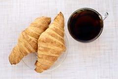 pyszny deser rogalik świeże filiżanki czarny herbata Obrazy Royalty Free