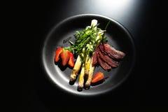 pyszny obiad Gotowany asparagus, truskawka, bekon i hollands kumberland, Zdjęcie Stock