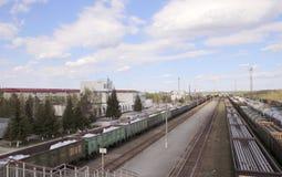 PYT-` - YAKH, VÄSTRA SIBIRIEN, RYSSLAND - JUNI 10, 2018: Järnvägsstationen och de järnväg linjerna, staden av Pyt ` - Yakh, Ryssl fotografering för bildbyråer