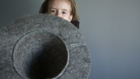 Pytać dla fundy Dziecko w Halloweenowym kostiumu pyta dla cukierku Dziewczyna trzyma szarego odczuwanego kapelusz z nietoperz kap zbiory wideo