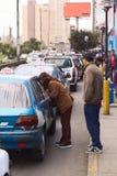Pytać dla taxi opłaty w Lima, Peru Fotografia Stock