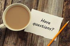 Pytania Wpisowych na białym pustym papierze z ołówkiem i filiżanką kawy drewniany tło wieśniak obrazy royalty free