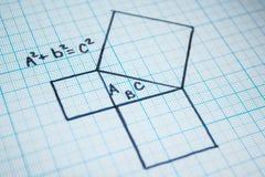 Pythagoreanteorem Ett matematiskt exempel med en triangelmodell royaltyfria bilder